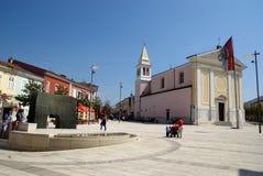 Τετράγωνο της ελευθερίας με την εκκλησία σε Porec, Κροατία Στοκ φωτογραφία με δικαίωμα ελεύθερης χρήσης