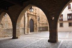 Τετράγωνο του Λα Iglesia και εκκλησία, Λα Iglesuela del Cid, Mestrazgo στοκ φωτογραφία με δικαίωμα ελεύθερης χρήσης