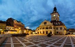 Τετράγωνο του Συμβουλίου Brasov στο λυκόφως στοκ εικόνες με δικαίωμα ελεύθερης χρήσης