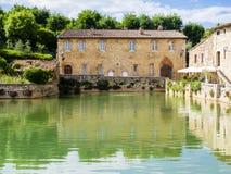 Τετράγωνο των πηγών σε Bagno Vignoni, μεσαιωνικό χωριό στην Τοσκάνη, Ιταλία Στοκ Εικόνα