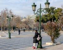Τετράγωνο Aristotelous στο κέντρο της πόλης Θεσσαλονίκης στην Ελλάδα το πάρκο συλλέγει γύρω από τους ανθρώπους, οι έμποροι και τα στοκ εικόνες