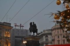 Τετράγωνο Duomo που διακοσμείται με τις αστράφτοντας σφαίρες στο χριστουγεννιάτικο δέντρο το πρόωρο νέο πρωί έτους στοκ φωτογραφίες με δικαίωμα ελεύθερης χρήσης