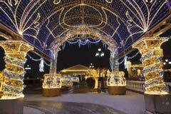 Τετράγωνο Manezhnaya κατά τη διάρκεια των νέων διακοπών έτους και Χριστουγέννων με την καμμένος πολύχρωμη αψίδα, Μόσχα στοκ εικόνα