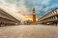 Τετράγωνο SAN Marco με το καμπαναριό στην ανατολή Ιταλία Βενετία Στοκ Φωτογραφία