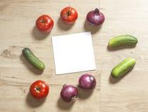 Τετραγωνικά έγγραφο και λαχανικά στοκ φωτογραφία με δικαίωμα ελεύθερης χρήσης