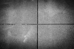 Τετραγωνικά κεραμίδια πεζοδρομίων στο σκυρόδεμα πετρών στοκ φωτογραφίες με δικαίωμα ελεύθερης χρήσης