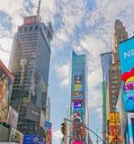 Τετραγωνικά κτήρια των New York Times με τη διαφήμιση των πινάκων διαφημίσεων στοκ φωτογραφίες με δικαίωμα ελεύθερης χρήσης