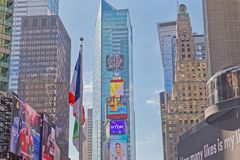 Τετραγωνικά κτήρια των New York Times με τη διαφήμιση των πινάκων διαφημίσεων στοκ εικόνα με δικαίωμα ελεύθερης χρήσης