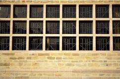 Τετραγωνικά παράθυρο και τούβλο όλο το υπόβαθρο σχεδίων Στοκ φωτογραφίες με δικαίωμα ελεύθερης χρήσης