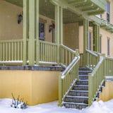 Τετραγωνικά σκαλοπάτια που πηγαίνουν στο μπροστινό μέρος ενός γοητευτικού σπιτιού στη χαραυγή Γιούτα στοκ φωτογραφία με δικαίωμα ελεύθερης χρήσης