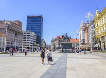 Τετραγωνική απαγόρευση Josip Jelacic με τους τουρίστες και τα τραμ μια θερινή ημέρα στο Ζάγκρεμπ Στοκ εικόνες με δικαίωμα ελεύθερης χρήσης