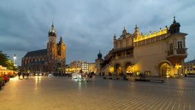 Τετραγωνική ημέρα αγοράς της Κρακοβίας στο νυχτερινό σφάλμα απόθεμα βίντεο