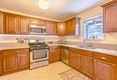 Τετραγωνική κουζίνα στο νότιο σπίτι Καλιφόρνιας με τα μαχαίρια στο wa Στοκ εικόνες με δικαίωμα ελεύθερης χρήσης