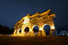 Τετραγωνική πύλη ελευθερίας της ακεραιότητας τη νύχτα μπροστά από την αναμνηστική αίθουσα Chiang Kai -Kai-shek στη Ταϊπέι, Ταϊβάν Στοκ Φωτογραφία