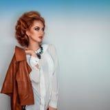 Τετραγωνική φωτογραφία της γυναίκας ομορφιάς με το καφετί σακάκι δέρματος Στοκ Εικόνες