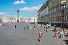 Τετραγωνικοί και περπατώντας τουρίστες και άνθρωποι παλατιών Στοκ Εικόνες
