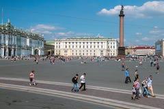 Τετραγωνικοί και περπατώντας τουρίστες και άνθρωποι παλατιών Στοκ φωτογραφία με δικαίωμα ελεύθερης χρήσης