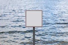 Τετραγωνικό κενό σημάδι ενάντια στα κύματα του υδραγωγείου Στοκ Εικόνα