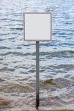 Τετραγωνικό κενό σημάδι ενάντια στα κύματα Στοκ Εικόνες