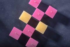 Τετραγωνικό κερί σε ένα γκρίζο υπόβαθρο, ρομαντική διάθεση, καληνύχτα, λ Στοκ Εικόνα