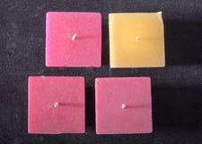 Τετραγωνικό κερί σε ένα γκρίζο υπόβαθρο, ρομαντική διάθεση, καληνύχτα, αγάπη Στοκ εικόνα με δικαίωμα ελεύθερης χρήσης