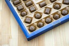 Τετραγωνικό κιβώτιο με τα διαφορετικά γλυκά σοκολάτας καθορισμένα στοκ εικόνες