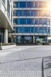 Τετραγωνικό μέτωπο των σύγχρονων κτιρίων γραφείων στη Σαγκάη στοκ εικόνα με δικαίωμα ελεύθερης χρήσης