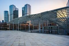 Τετραγωνικό μέτωπο των σύγχρονων κτιρίων γραφείων στοκ φωτογραφία με δικαίωμα ελεύθερης χρήσης