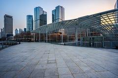 Τετραγωνικό μέτωπο των σύγχρονων κτιρίων γραφείων στοκ εικόνες
