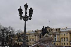 Τετραγωνικό μνημείο φαναριών Συγκλήτου Αγίου Πετρούπολη Στοκ φωτογραφία με δικαίωμα ελεύθερης χρήσης