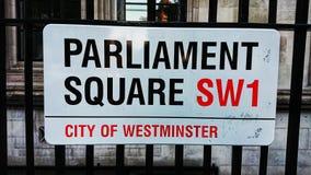 Τετραγωνικό οδικό σημάδι Λονδίνο Αγγλία του Κοινοβουλίου στοκ εικόνες
