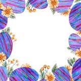 Τετραγωνικό πλαίσιο με τα αυγά Πάσχας με τα ζωηρόχρωμα λωρίδες και τα άγρια λουλούδια στοκ φωτογραφίες με δικαίωμα ελεύθερης χρήσης