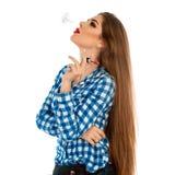 Τετραγωνικό πορτρέτο του όμορφου καλλιτέχνη makeup με το κραγιόν cigaret στοκ εικόνα