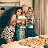 Τετραγωνικό πορτρέτο των ανθρώπων διασκέδασης δέντρων martini στο εγχώριο κόμμα Στοκ Φωτογραφίες