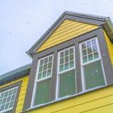 Τετραγωνικό σπίτι στη χαραυγή Γιούτα με τον κίτρινο τοίχο και αντανακλαστικά παράθυρα γυαλιού ενάντια στον ουρανό στοκ εικόνες
