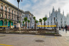 Τετραγωνικό τετράγωνο καθεδρικών ναών Duomo, τοποθέτηση των φοινίκων απέναντι από τον καθεδρικό ναό Duomo του Μιλάνου, Μιλάνο, Ιτ Στοκ φωτογραφία με δικαίωμα ελεύθερης χρήσης