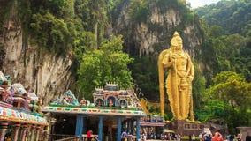 Τετραγωνικό χρυσό άγαλμα Muragan εισόδων στις σπηλιές Batu σε KL απόθεμα βίντεο