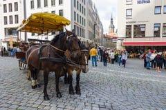 Τετραγωνικό Neumarkt και τργμένος από τη μεταφορά αλόγων στην παλαιά πόλη Στοκ Φωτογραφία