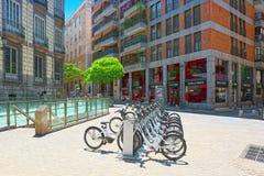 Τετραγωνικό Plaza Ramales της Μαδρίτης στο στο κέντρο της πόλης με τα ποδήλατα μέσα Στοκ Εικόνες