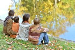 Τετραμελής οικογένεια στο πάρκο Στοκ φωτογραφία με δικαίωμα ελεύθερης χρήσης