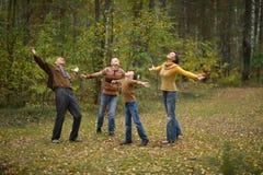 Τετραμελής οικογένεια στο πάρκο Στοκ εικόνες με δικαίωμα ελεύθερης χρήσης