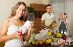 Τετραμελής οικογένεια με τις τσάντες των τροφίμων Στοκ φωτογραφία με δικαίωμα ελεύθερης χρήσης