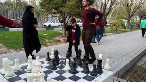 Τεχεράνη, Ιράν - 2019-04-03 - δίκαιη ψυχαγωγία 14 οδών - γιγαντιαίο δράμα παιχνιδιών σκακιού απόθεμα βίντεο