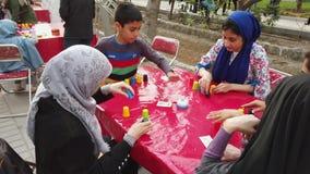 Τεχεράνη, Ιράν - 2019-04-03 - δίκαιη ψυχαγωγία 24 οδών - η συσσώρευση παιδιών κοιλαίνει το παιχνίδι 4 φιλμ μικρού μήκους