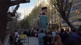 Τεχεράνη, Ιράν - 2019-04-03 - δίκαιη ψυχαγωγία 3 οδών - οι γιγαντιαίες μαριονέτες χορεύουν απόθεμα βίντεο