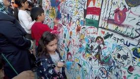 Τεχεράνη, Ιράν - 2019-04-03 - δίκαιη ψυχαγωγία 8 οδών - παιδιά που χρωματίζουν τον τοίχο απόθεμα βίντεο