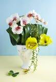τεχνητά διακοσμητικά λουλούδια Στοκ εικόνα με δικαίωμα ελεύθερης χρήσης