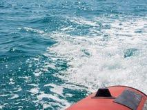 Τεχνητά κύματα θάλασσας που δημιουργούνται με τη βάρκα μηχανών Στοκ Εικόνες
