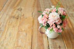 Τεχνητά λουλούδια στο ξύλινο εκλεκτής ποιότητας υπόβαθρο Εκλεκτικό φ Στοκ Εικόνες