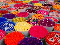 Τεχνητά πραγματικά λουλούδια χρώματος. Στοκ φωτογραφία με δικαίωμα ελεύθερης χρήσης